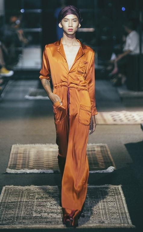"""Phần mở màn bộ sưu tập khiến khán giả vô cùng bất ngờ, thích thú khi một người mẫu nam được hóa trang thành nữ giới và catwalk. Có thể thấy, ở """"Những cồn cát bờ Đông"""", cái tôi của Li Lam được thể hiện mạnh mẽ, táo bạo hơn. Dường như không có bất kì rào cản nào có thể ngăn cản những sáng tạo vô bờ bến của người phụ nữ này."""