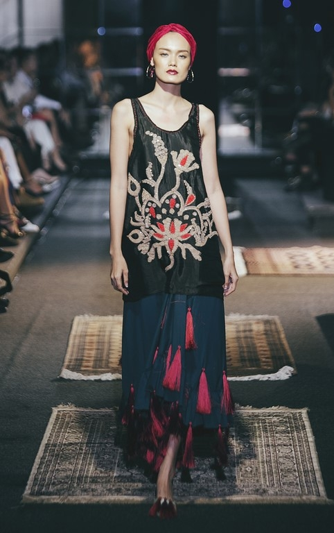 Ở bộ sưu tập này, Li Lam vận dụng mốt tua rua đang thịnh hành để khắc họa sự nhẹ nhàng, thanh tao trong tâm hồn của người phụ nữ. Khi người mẫu di chuyển, chi tiết này tạo nên hiệu ứng thị giác khá bắt mắt.