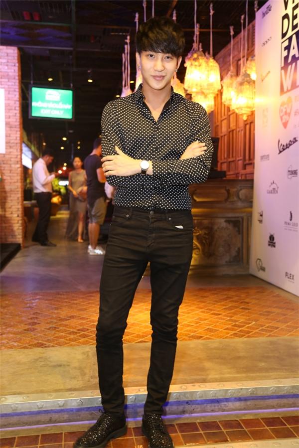 Sau một thời gian dài ở ẩn, B Trần bất ngờ xuất hiện trên thảm đỏ VDFW 2016. Nam diễn viên diện trang phục đơn giản với áo sơ mi họa tiết phối quần jeans. Gương mặt không góc chết của chàng trai đất Hà thành khiến các vị khách nữ liên tục trầm trồ, xuýt xoa.