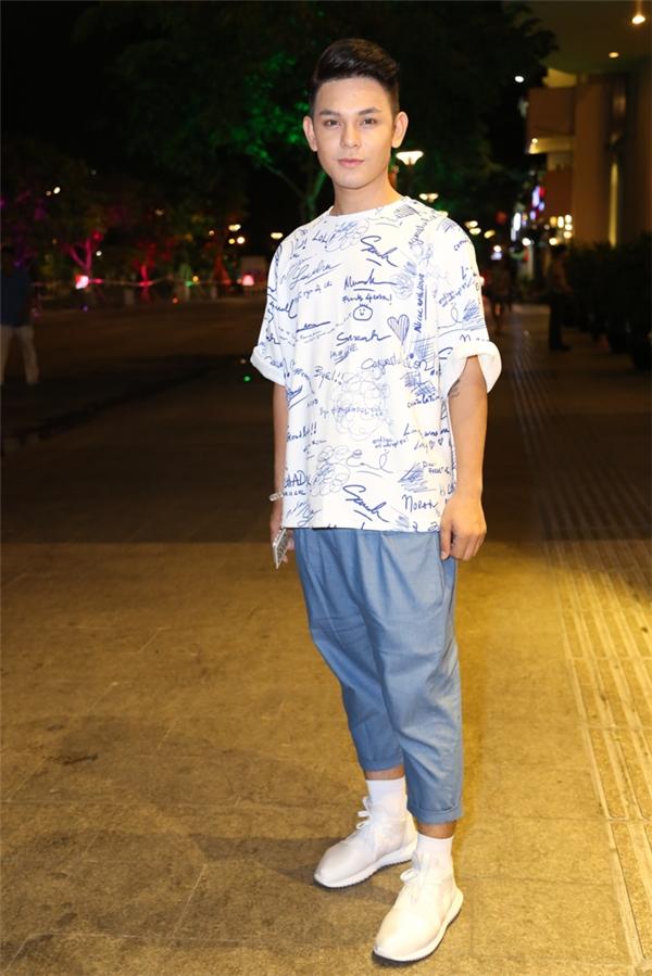 Sơn Ngọc Minh năng động, trẻ trung với quần baggy phối áo phông họa tiết.