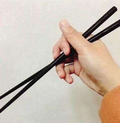 Cách cầm lộn xộn: Các ngón tay phân bố lộn xộn, tách đôi khoảng cách giữa hai chiếc đũa, điểm dùng sức ở điểm giao nhau.