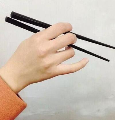 Cầm đũa kiểu hoa phong lan: Giữ đũa bằng ngón cái, ngón trỏ và ngón đeo nhẫn đặt trên đũa, ngón út để tự do.