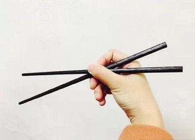 Cách cầm như cầm bút: Ngón tay cái và ngón trỏ giữ đũa giống như cách bạn cầm bút viết.