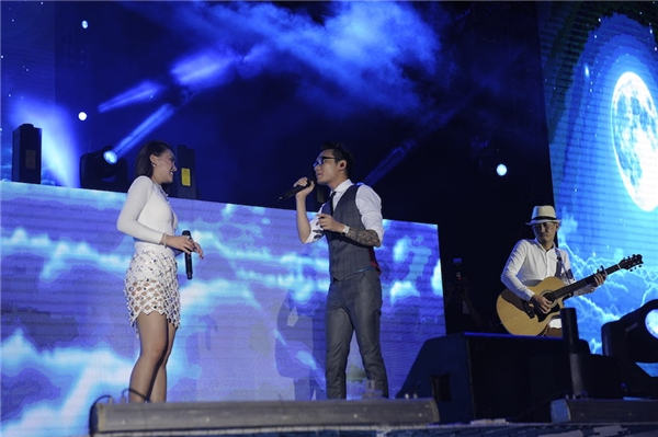Đông Nhi và Noo Phước Thịnh thân thiện giao lưu cùng fan khuyết tật