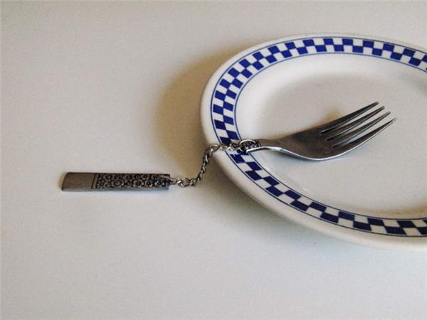 Chiếc dĩa với thiết kế phần thân bằng dây xích thì không hiểu làm sao để cầm và xiên.