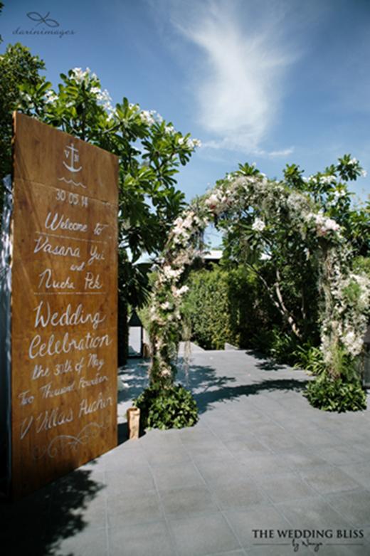 Khoảng 200 khách mời là bạn bè thân thiết của cô dâu chú rể đã có mặt để chung vui ở hôn lễ sang trọng.