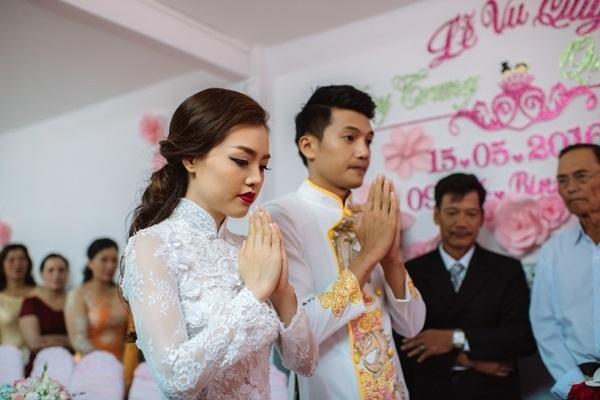 Quang Tuấn ngọt ngào hôn lên má Linh Phi trong ngày trọng đại