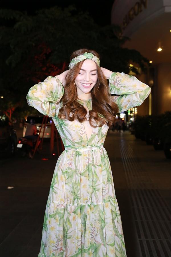 Tham dự đêm tiệc thời trang Vietnam Designer Fashion Week 2016vào tối 13/5 vừa qua, Hồ Ngọc Hà xuất hiện đơn giản nhưng vẫn nổi bật trong thiết kế nữ tính, nhẹ nhàng. Bộ trang phục sử dụng chất liệu voan lụa mềm mại kết hợp sắc xanh ngọt ngào, họa tiết hoa vàng ấm áp. Tổng thể càng trở nên thú vị hơn với chiếc khăn turban đồng điệu.