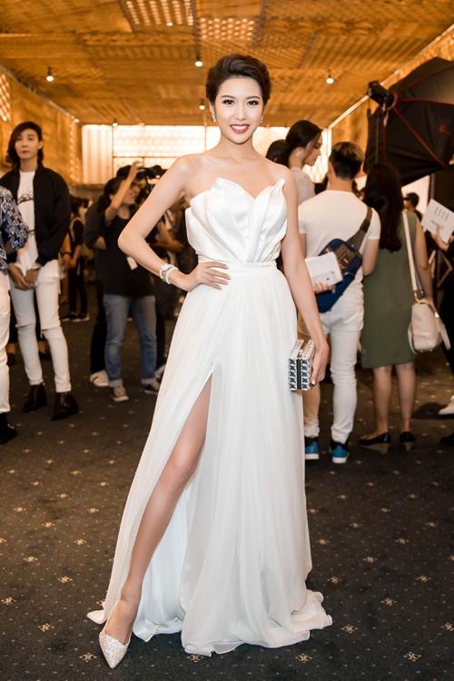 Sắc trắng thanh khiết cũng là lựa chọn của Á hậu Quốc tế 2015 Thúy Vân trên thảm đỏ Elle Style Award. Nếu như phần thân trên mang hơi thở hiện đại bởi cấu trúc dựng phom 3D thì phần chân váy lại thể hiện tinh thần cổ điển với dáng xòe, chất liệu voan lụa mềm mại.