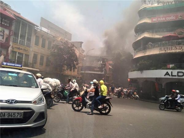 Lực lượng chức năng đã lập tức phong toả 2 đầu phố Cầu Gỗ để phục vụ công tác chữa cháy và cứu nạn. Sau khoảng 15 phút đám cháy đã được khống chế, tuy nhiên,đề phòng ngọn lửa bùng phát trở lại, lực lượng PCCC vẫn tiếp tục bơm nước.