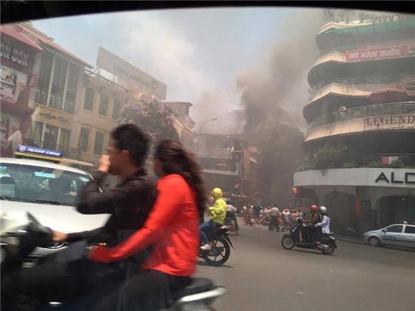 Cháy lớn, khói bao trùm hàm cá mập ở trung tâm Hà Nội