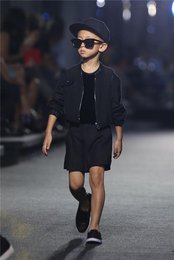 Con trai của Hoa hậu Hà Kiều Anh cũng tham gia trình diễn cho bộ sưu tập chốt màn của nhà thiết kế Kelly Bùi.