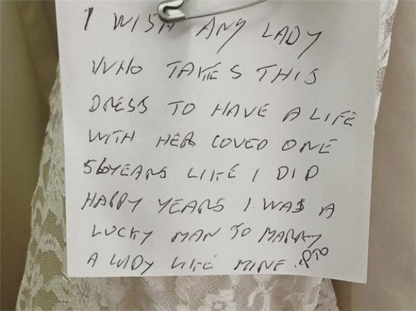 """""""Tôi xin chúc cho người phụ nữ nào sở hữu chiếc váy này sẽ sống hạnh phúc với người mình yêu suốt 51 năm như tôi đã sống với vợ mình. Tôi là người rất may mắn nên mới lấy được vợ mình."""" (Ảnh: Internet)"""