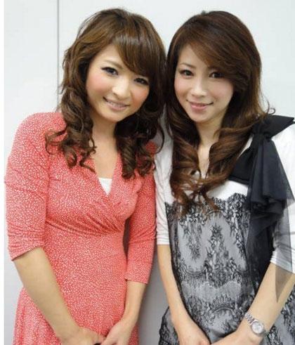 Đây là bức ảnh chụp của Masako và cô con gái ngoài 20 tuổi. Nhan sắc và sự trẻ trung của hai người không hề chênh lệch là mấy.