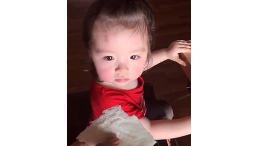 """Để có được đồ ăn từ mẹ Elly Trần, bé Cadie đã phải """"vất vã"""" thế này"""