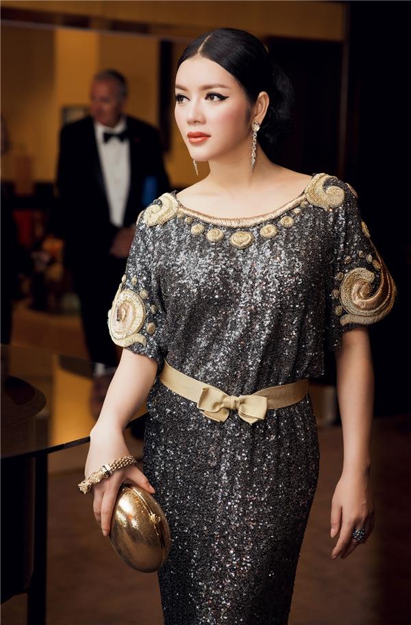 Sang ngày thứ hai, Lý Nhã Kỳ tiếp tục hóa thân thành nữ hoàng Cleopatra trong chiếc váy ánh kim kết hợp họa tiết màu vàng đồng của nhà thiết kế Alexis Mabille. Mái tóc được bới cao kết hợp chân mày kẻ sắc nét giúp cô trông vừa quyền lực, mạnh mẽ nhưng không làm mất đi vẻ gợi cảm.