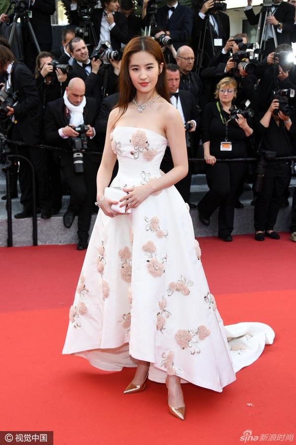 Lưu Diệc Phi thanh lịch, điệu đà với váy trắng kết hợp họa tiết hoa của Dior.