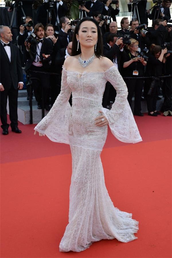 Bộ váy xuyên thấu của Củng Lợi không được đánh giá cao bởi thiết kế quá cầu kì về đường nét và không có điểm nhấn.
