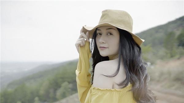 """Thiều Bảo Trang đẹp như con lai, trò cưng Mr. Đàm """"tung chiêu"""" tái xuất"""