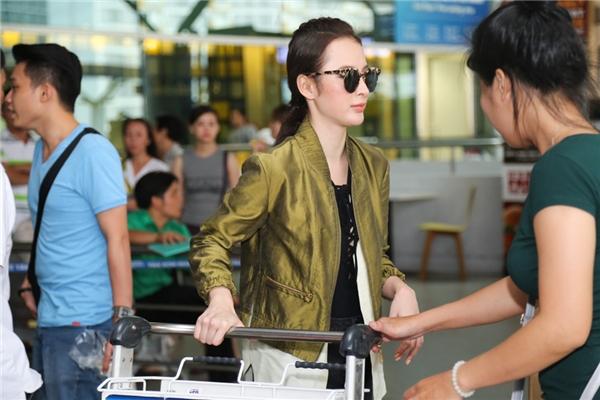 Nụ cười rạng rỡ của Angela Phương Trinh thu hút sự chú ý của nhiều người tại sân bay - Tin sao Viet - Tin tuc sao Viet - Scandal sao Viet - Tin tuc cua Sao - Tin cua Sao