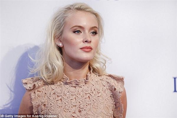 Ca khúc này sẽ có sự góp giọng củanữ ca sĩ 18 tuổi người Thụy Điển, Zara Larsson, cùng với1 triệu fan trên toàn thế giới. (Ảnh: Daily Mail)
