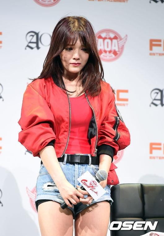 """""""Bảo vật quốc dân"""" Seolhyun khóc nức nở vì scandal dốt lịch sử"""