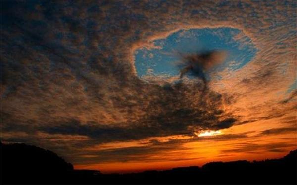 Lỗ mây là một khoảng trống lớn xuất hiện giữa những đám mây cao như mây ti tích hoặc mây trung tích trên bầu trời.(Ảnh: Internet)