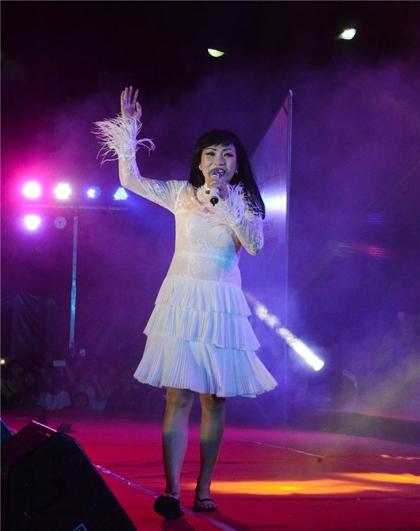 """Phương Thanh cũng tham dự chương trình và khiến gần 3000 bạn trẻ ở địa phương """"phát cuồng"""". - Tin sao Viet - Tin tuc sao Viet - Scandal sao Viet - Tin tuc cua Sao - Tin cua Sao"""