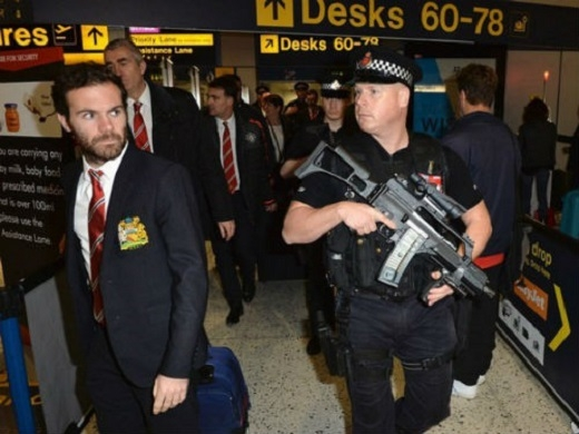 Cảnh sát hộ tống các cầu thủ rời Old Trafford hôm chủ nhật