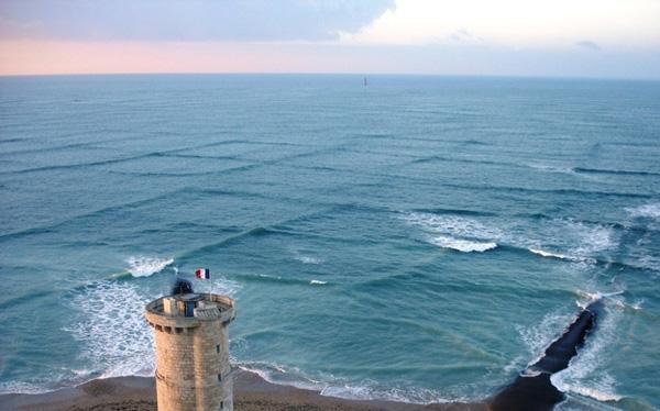 23. Sóng vuông? Đúng vậy, ở nơi này,có sựgiao thoa giữa hai dòng biển và tạo nên sóng vuông.
