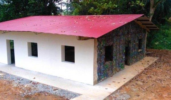 Như tên gọi, những ngôi nhà trong làng làm hoàn toàn bằng chai nhựa.