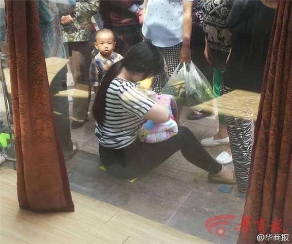 Người phụ nữ không ngần ngại cho một đứa trẻ xa lạ bú dòng sữa của mình khiến nhiều người không khỏi xúc động.