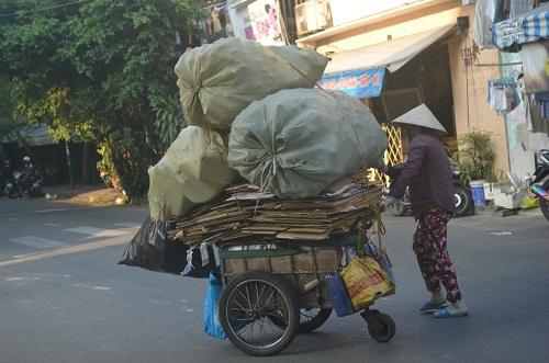 Những phụ nữ ở phố ve chai: Gồng mình lao động để con được đi học