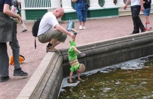 Con của bố không phải Achilles nhé! Đây còn bị coi là bạo hành trẻ nhỏ nữa đấy. (Ảnh: Internet)