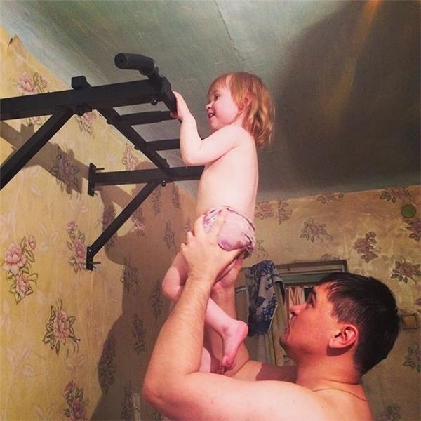 Con gái đẩy xà từ nhỏ, cẩn thận kẻo có khuôn mặt thiên thần, thân hình lực sĩ đấy. (Ảnh: Internet)