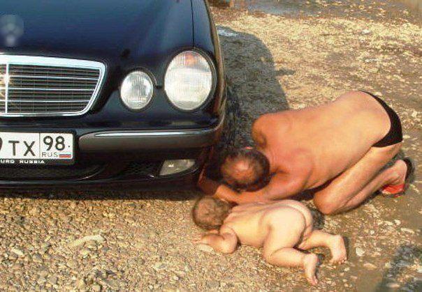 Sửa xe giúp bố cũng tốt, nhưng... mặc cái quần vào đã. (Ảnh: Internet)