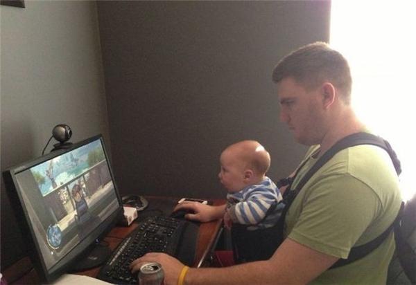 Đào tạo con thành game thủ ngay từ khi đầu chưa mọc tóc. (Ảnh: Internet)
