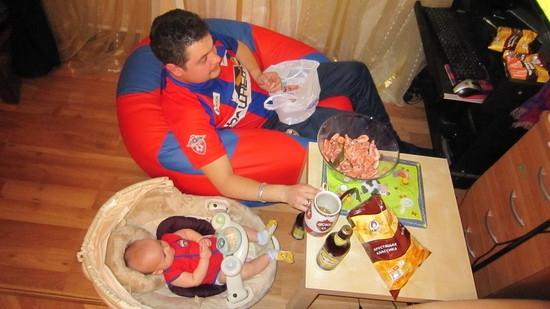 Bữa ăn đạm bạc khi chỉ có hai bố con. (Ảnh: Internet)
