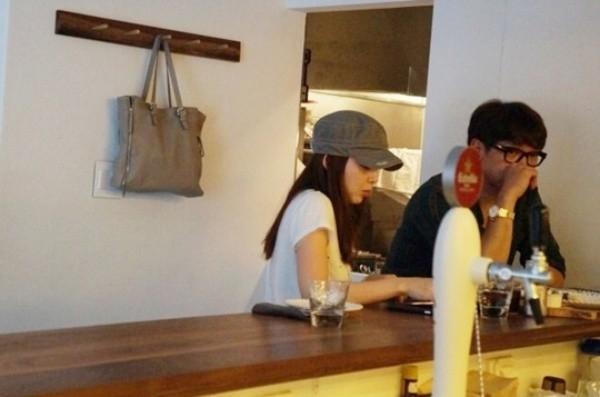 Một tháng sau đó, cặp đôi xuất hiện tại một quán cà phê sau khi cùng nhau trở về từ lịch trình bận rộn ở Trung Quốc.