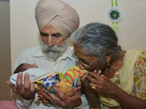 """Cụ ông Gill và cụ bà Kaur hạnh phúc vô bờ khi đón con trai đầu lòng ở tuổi """"gần đất xa trời"""". (Ảnh: Sina)"""