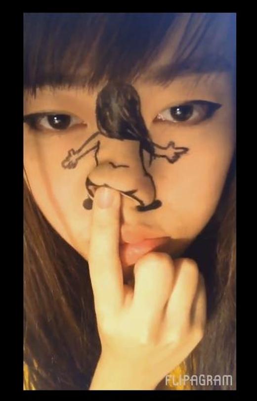 Cô gái sử dụng tay điều khiển chiếcmũi-môngvô cùng hài hước, đáng yêu. (Ảnh: Cắt clip)