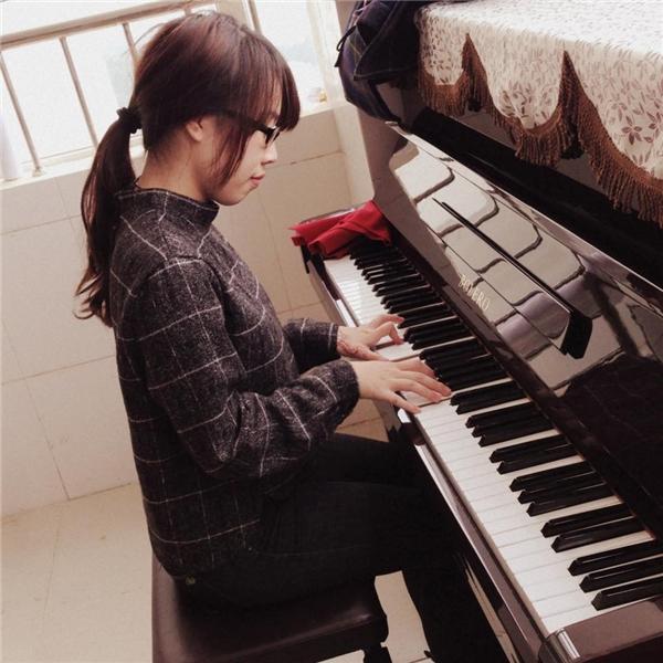 Hà Dungcó thể chơi thành thạo guitar, piano. (Ảnh: NVCC)