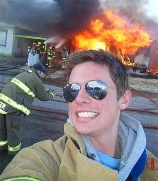 Đám cháy kìa, chụp nhanh không thì nó... cháy hết đấy. (Ảnh: Internet)