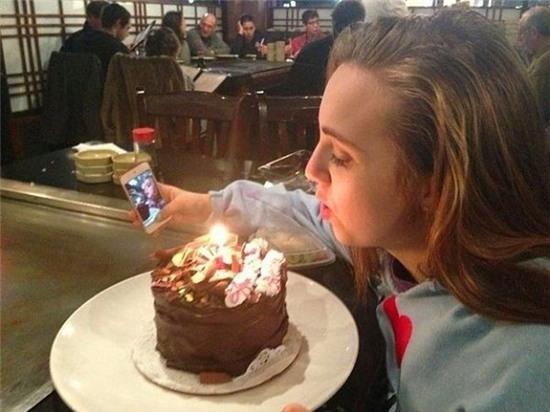 """Tranh thủ """"tự sướng"""" một tấm thổi nến bánh sinh nhật nào. (Ảnh: Internet)"""