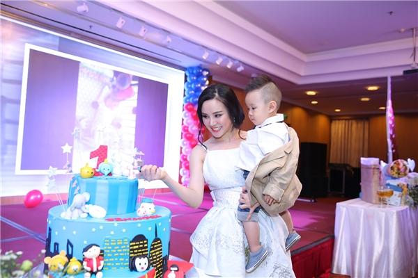 Con trai Vy Oanh diện vest lịch lãm mừng tuổi mới - Tin sao Viet - Tin tuc sao Viet - Scandal sao Viet - Tin tuc cua Sao - Tin cua Sao