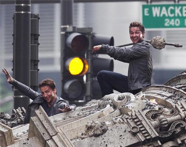 Shia LaBeouf (phải) cùng diễn viên đóng thế, Transformers: Dark of the Moon