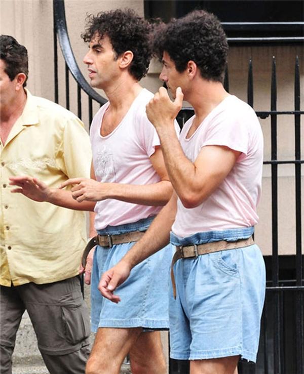 Sacha Baron Cohen (trái) cùng diễn viên đóng thế, The Dictator