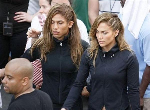 Jennifer Lopez (phải) cùng diễn viên đóng thế nam trên phim trường MV ca nhạc Follow the Leader