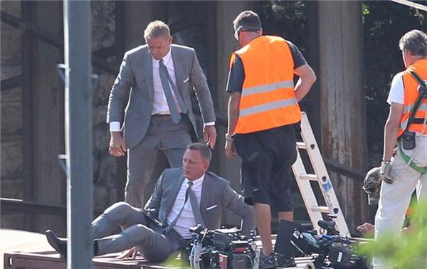 Daniel Craig (ngồi) cùng diễn viên đóng thế, Skyfall