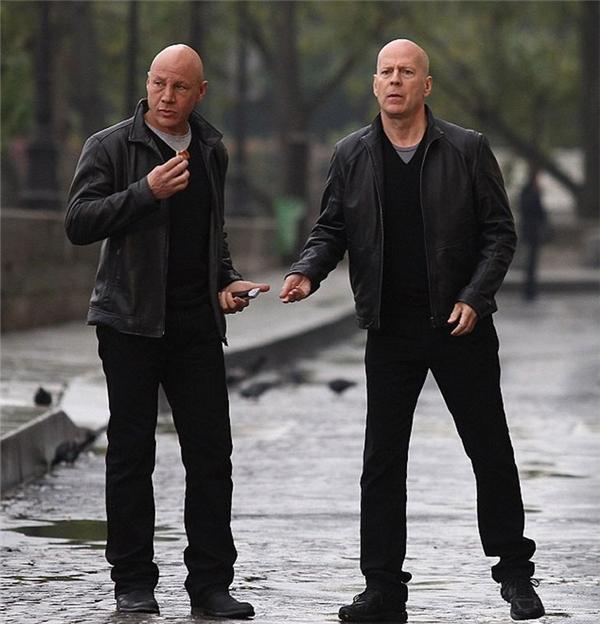Bruce Willis (phải) & Stuart F. Wilson, Red 2